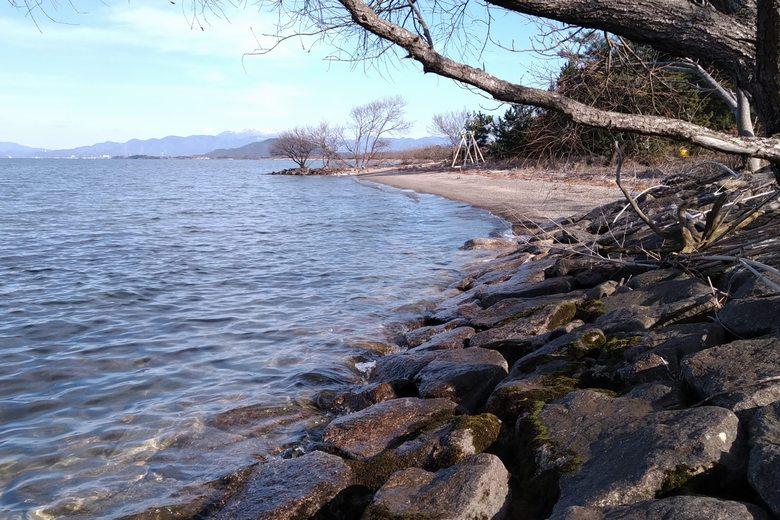 愛知川河口の石積み護岸と新海浜