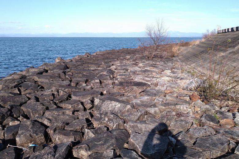愛知川河口の南の先端エリアの石積み護岸