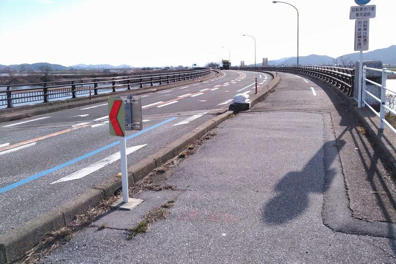 愛知川橋を通る県道25号線