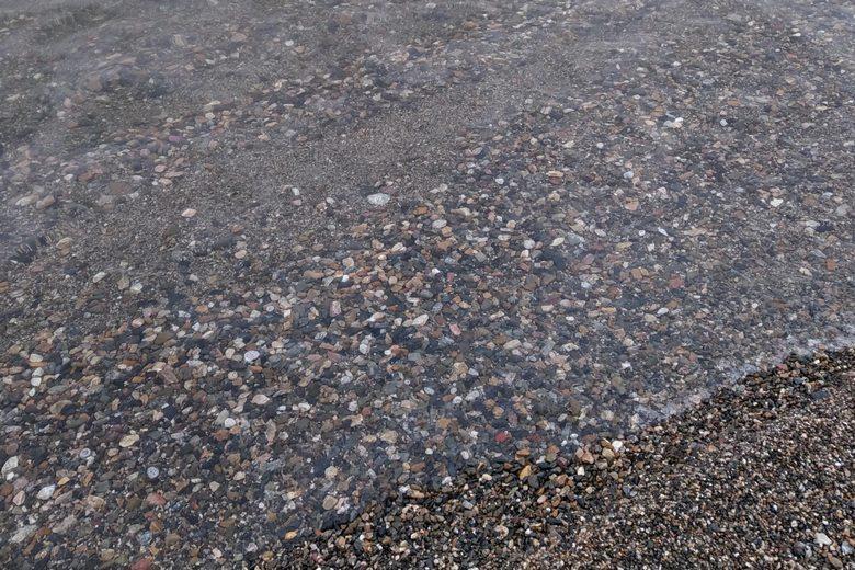 岩礁地帯の砂利浜のボトム