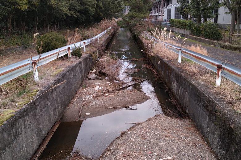 ホテル裏に流れる水路