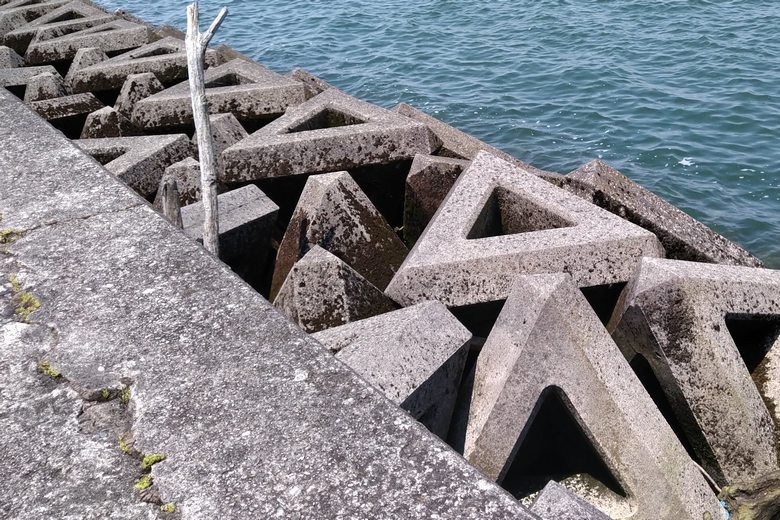 大突提の沖側にあるテトラブロック