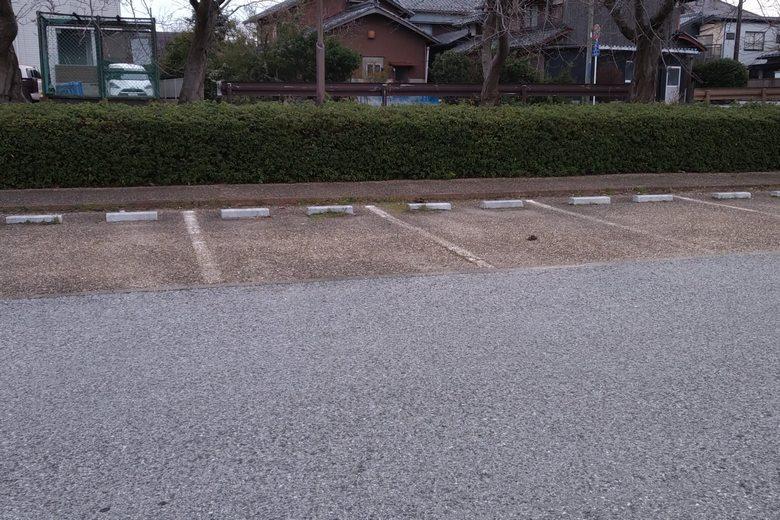 彦根港の駐車場の車止め