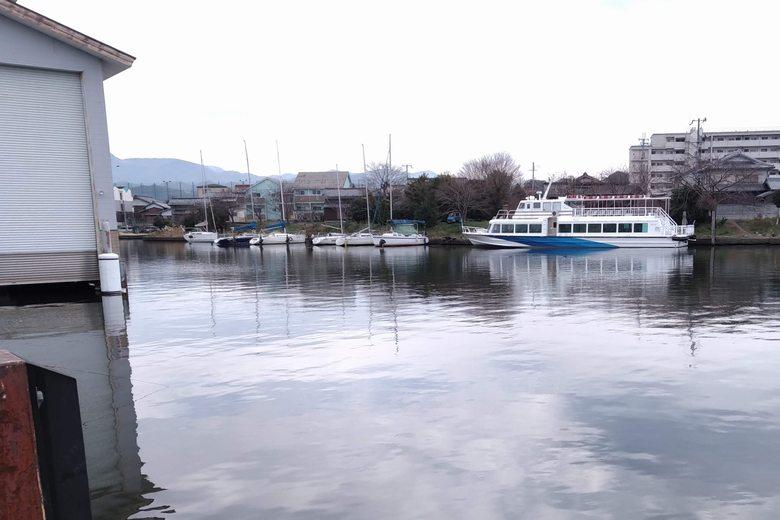 彦根港から旧彦根港につながる水路
