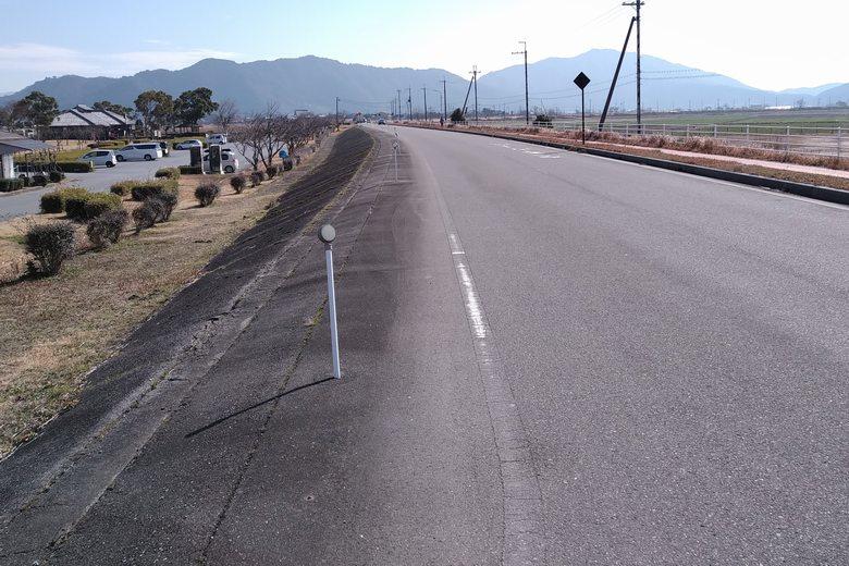 能登川水車の駐車場前の道路