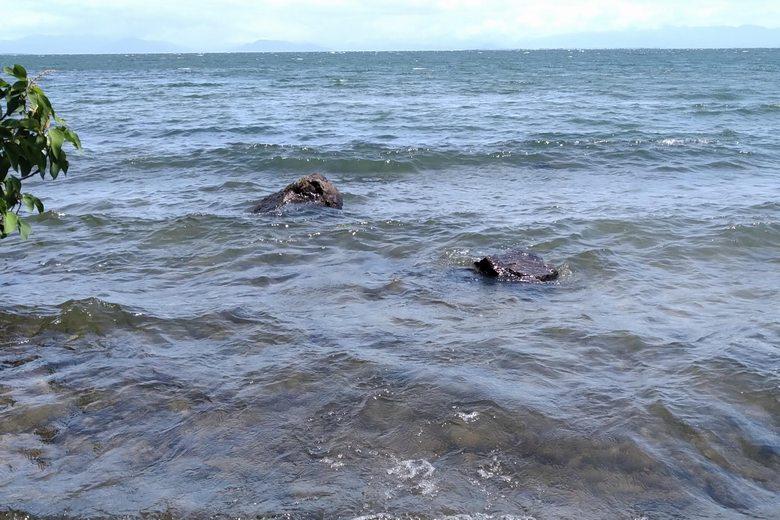 大岩が点在する、伊崎山の沖