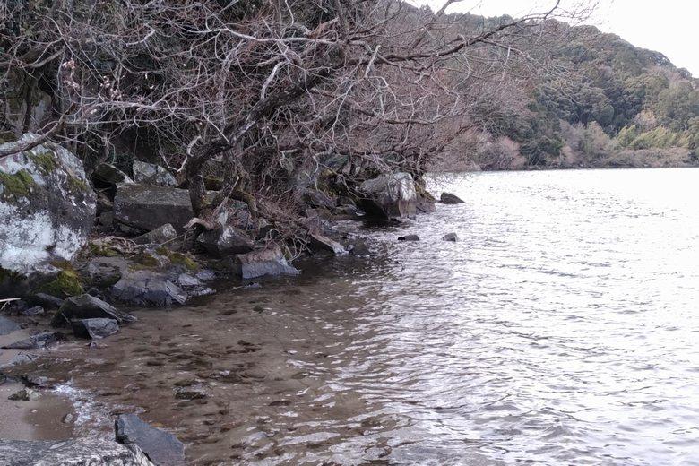 伊崎山の大岩がある岸辺