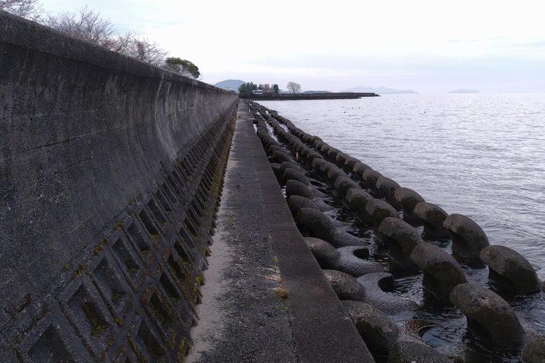 かんぽの宿彦根裏のブロック帯と壁