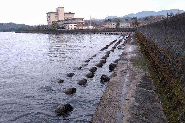 かんぽの宿彦根と彦根港の裏のブロック帯