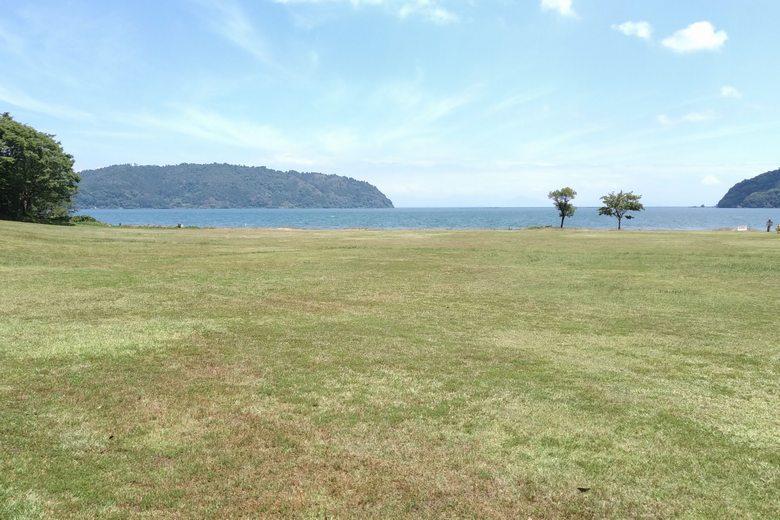 駐車場から宮ヶ浜の砂浜の間にある芝生