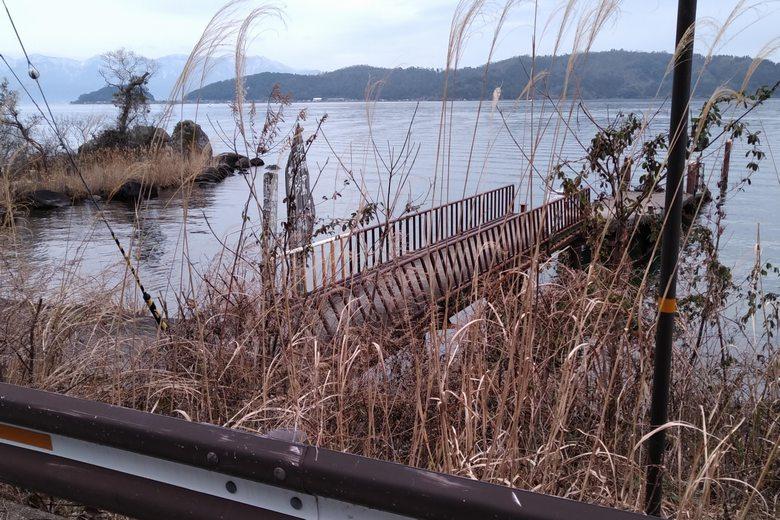 宮ヶ浜の東にある桟橋と、岩の張り出しの岬