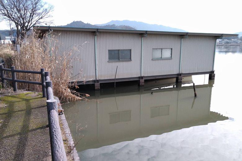 西の湖の東のワンドにある艇庫