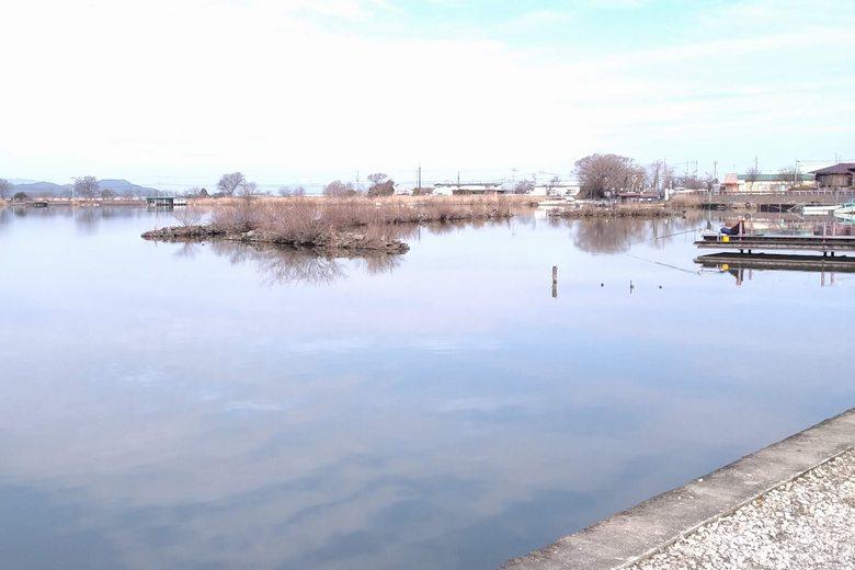 西の湖の東のワンドにある防波堤の石積み