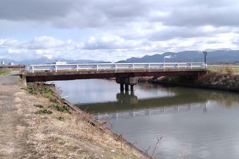 野田沼の水路に架かる橋