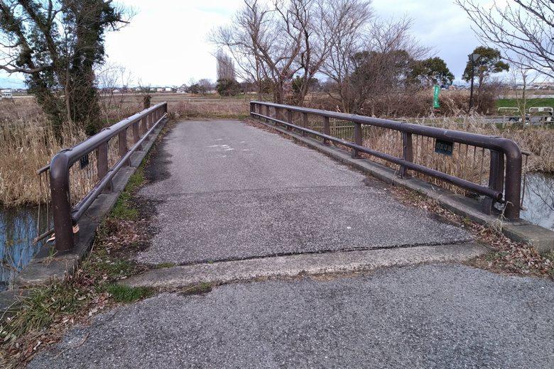 南の水路に架かっている野田沼橋