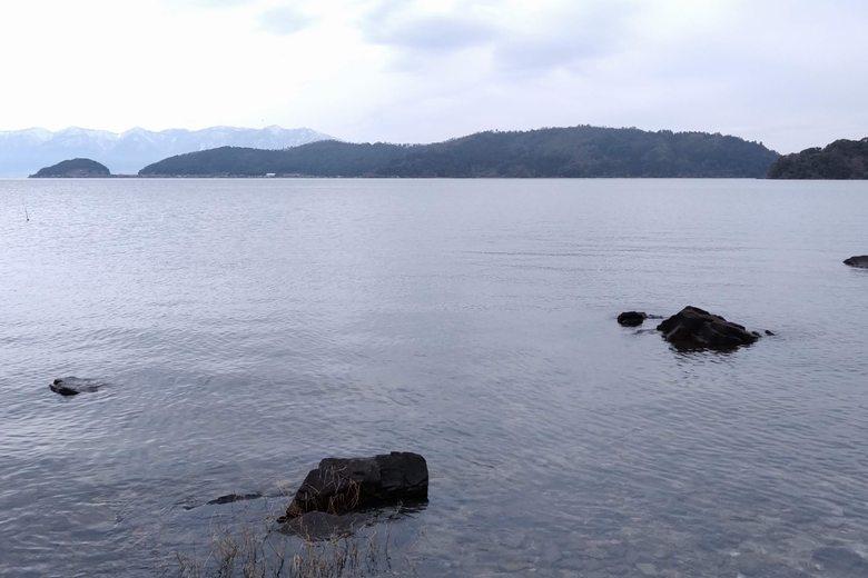 小田ヶ浜の岬と、沖に見える沖島