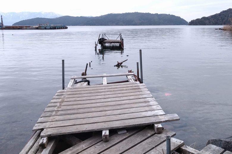 小田ヶ浜の、壊れた桟橋