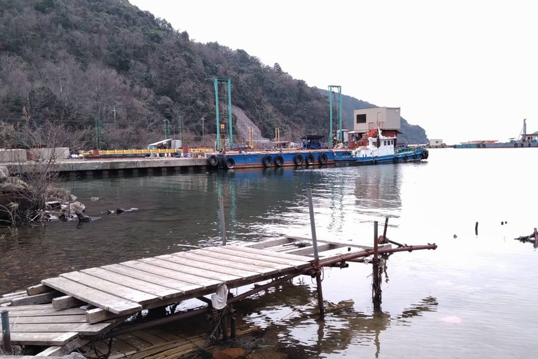 小田ヶ浜の西にある工事船