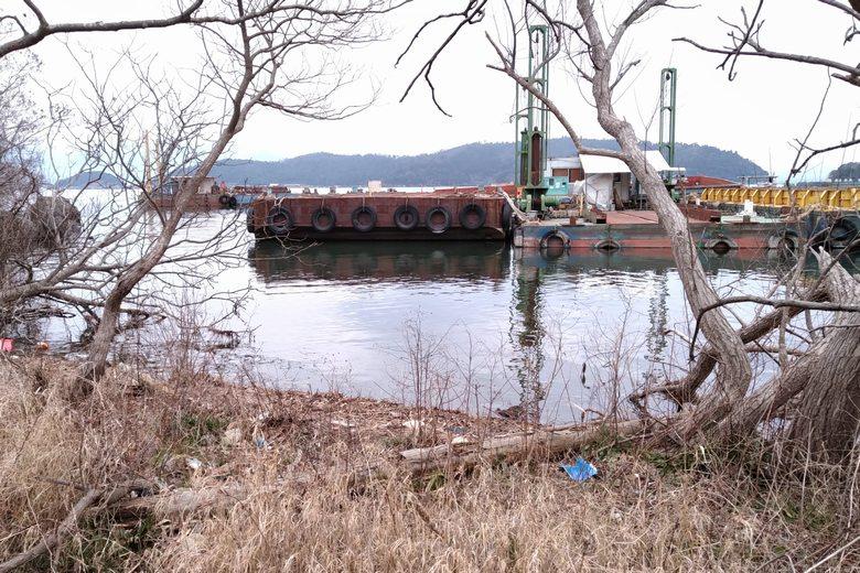 工事船のエリアの岸辺