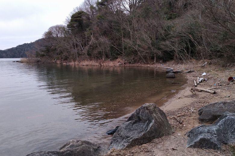 小田ヶ浜の岸辺と岬