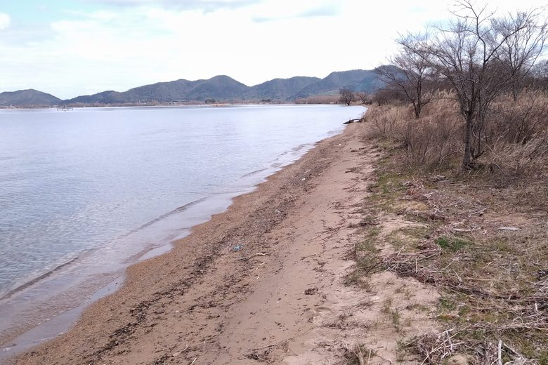 牧水泳場の砂浜の東