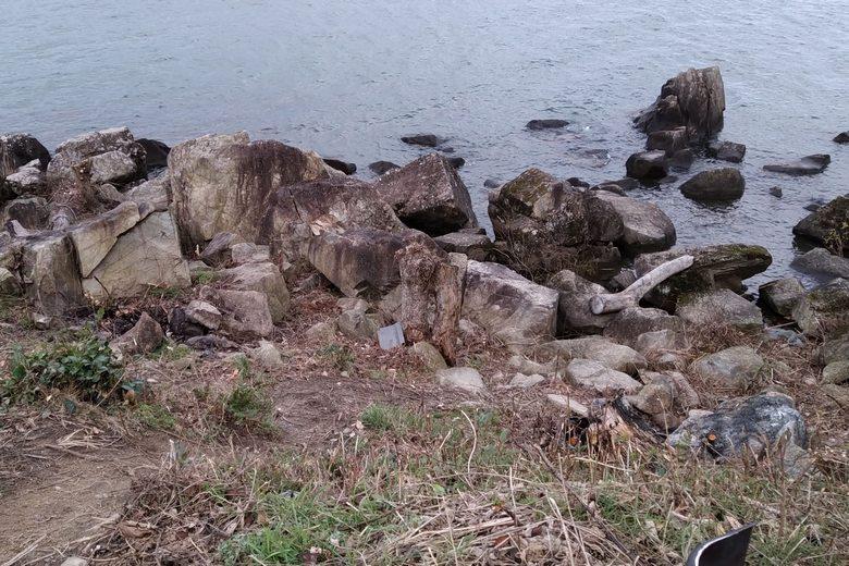 道路から下りる斜面と大岩