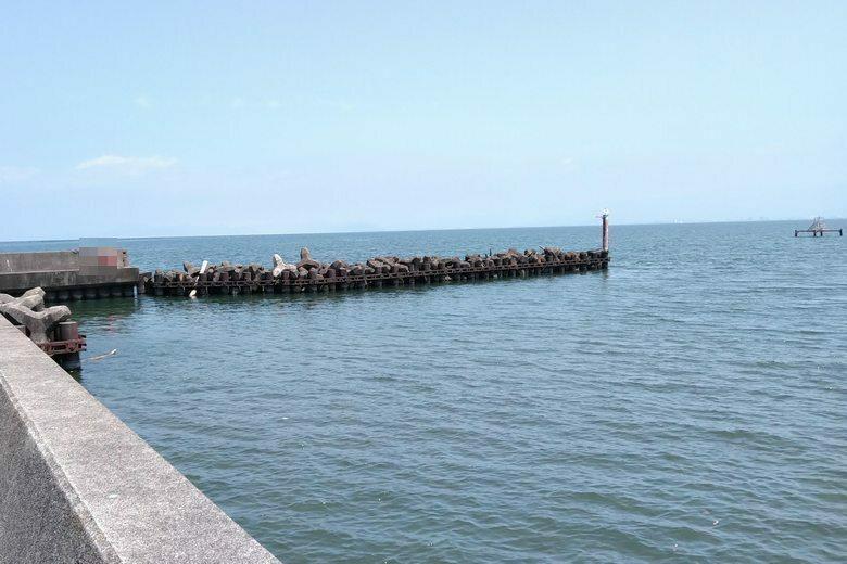 芹川漁港の防波堤とブロックっと取水塔