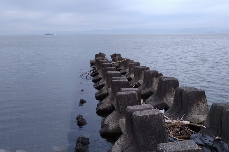 沖に伸びる、ブロックの突提