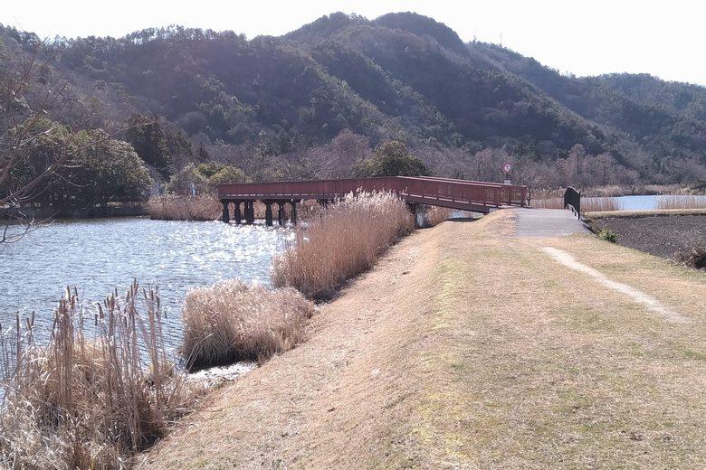 北岸から見た、曽根沼の橋