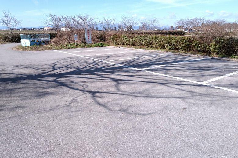 曽根沼の北西の角地にある駐車場