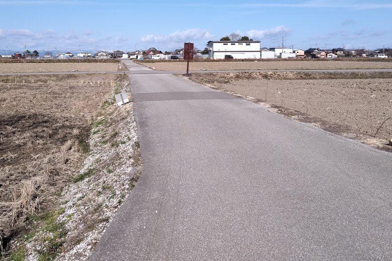 北岸の駐車場につづく農道
