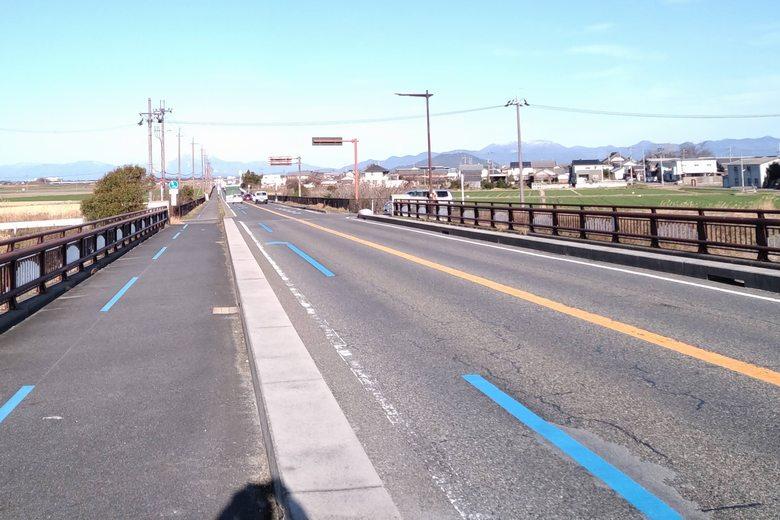 水車橋の上を通る、県道25号線