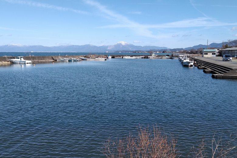 突提から見た宇曽川漁港