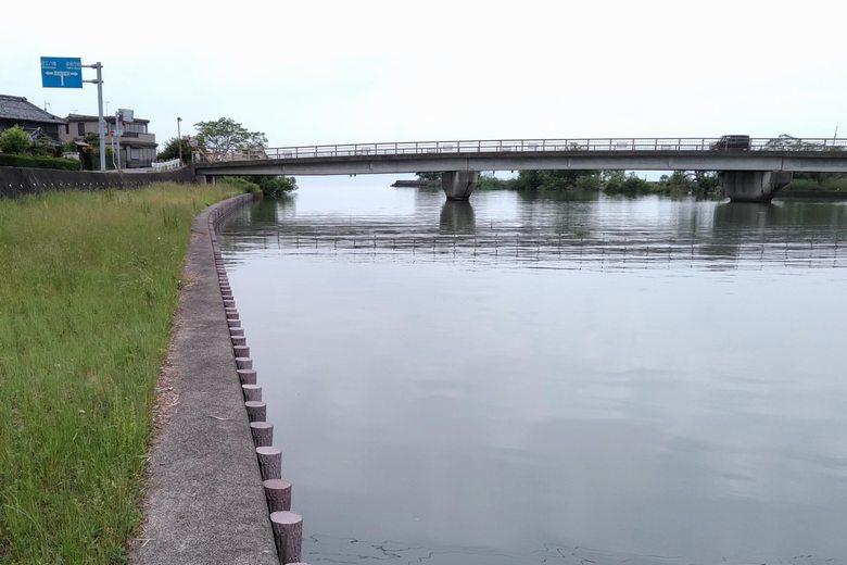 宇曽川河口の近くに架かっている港橋