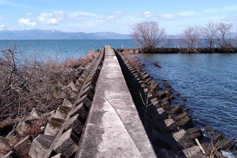 河口から沖へ伸びる突提のL字部分
