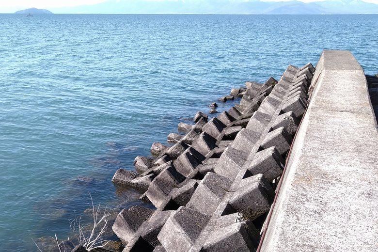 宇曽川河口の突提の先端とテトラブロック