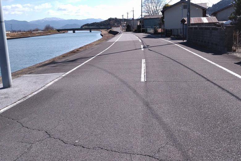 宇曽川の南沿いを通る、県道196号線