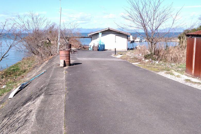 宇曽川河口の突提と、漁港への道