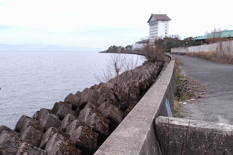矢倉川河口から彦根ビューホテル裏につづく、テトラブロック帯