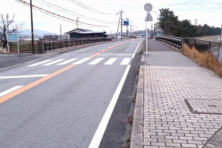 矢倉川河口の上を通る、県道2号線