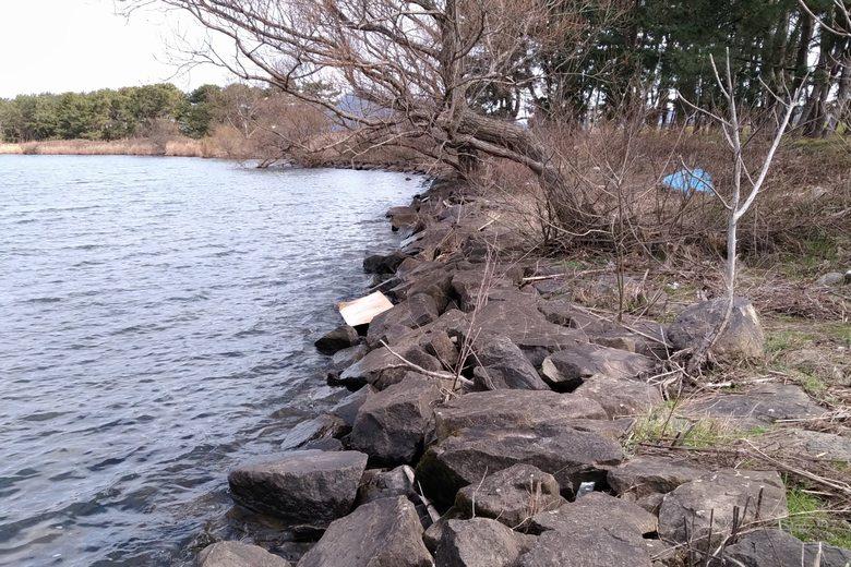 家棟川河口の北の石積み護岸