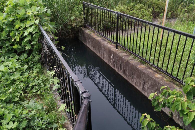 吉川浄水場から流れ出ている水路