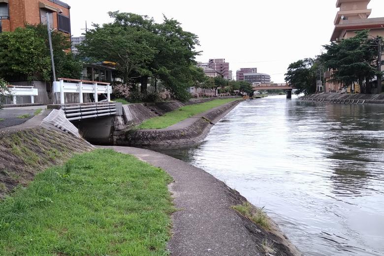 アドリアの隣に流れ出ている川