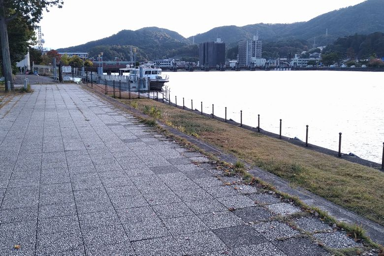 アクア琵琶の近くの散歩道と護岸