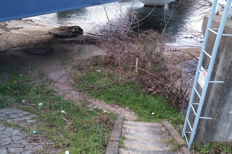 歩道から琵琶湖大橋の下に下りる階段
