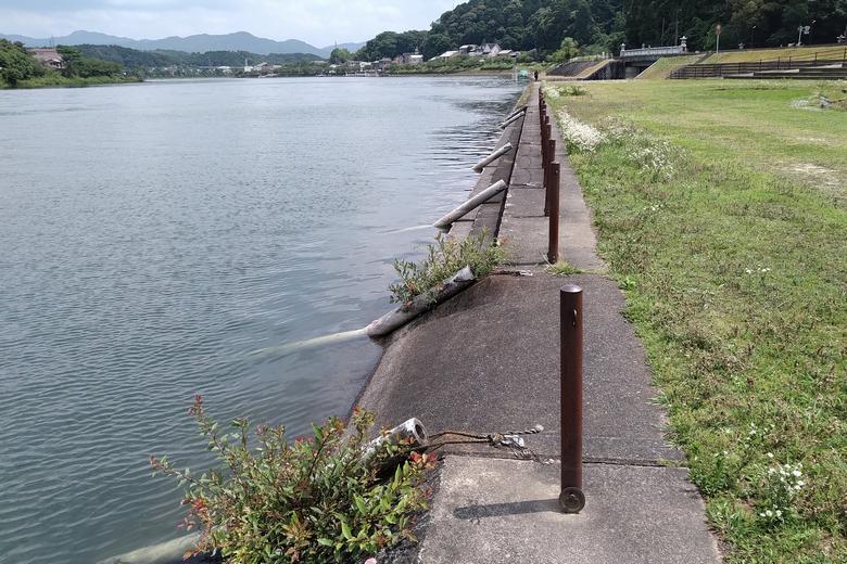 石山寺公園の、階段状の護岸と小さいスロープ