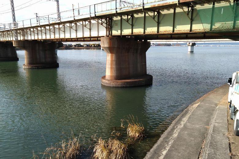 唐橋公園とJRの瀬田川橋梁
