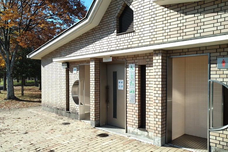 唐橋公園にある、キレイな公衆トイレ