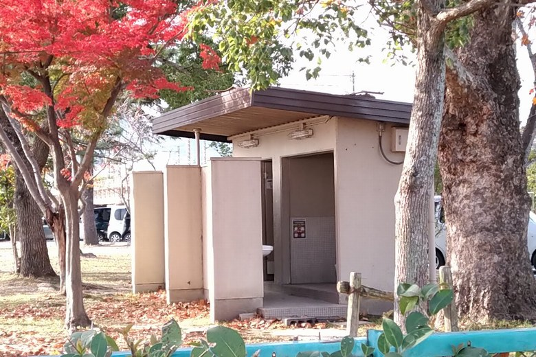 唐橋公園のグラウンドにある公衆トイレ