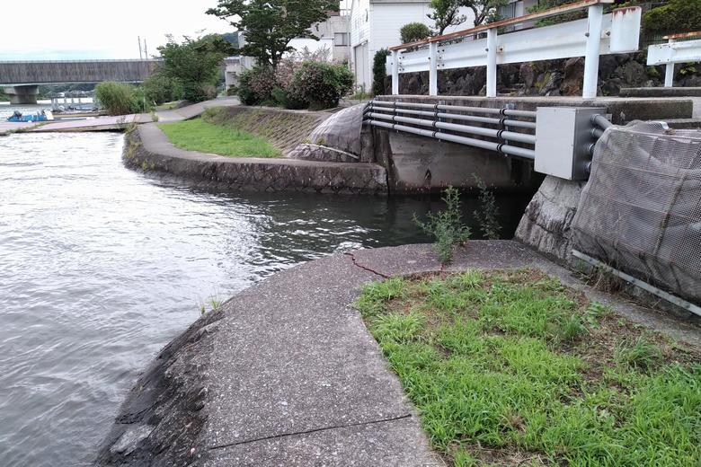 アドリアの隣にある、三田川の流れ込み